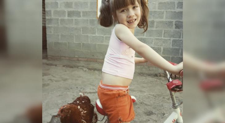 Девочка выдрессировала курицу, катается на велосипеде, гуляет и загорает с ней