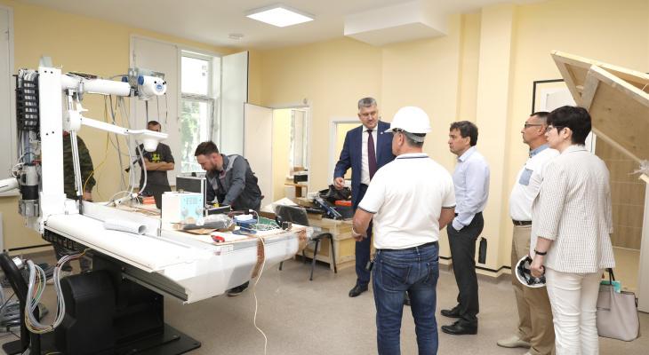 В строящейся больнице начали ставить медицинское оборудование