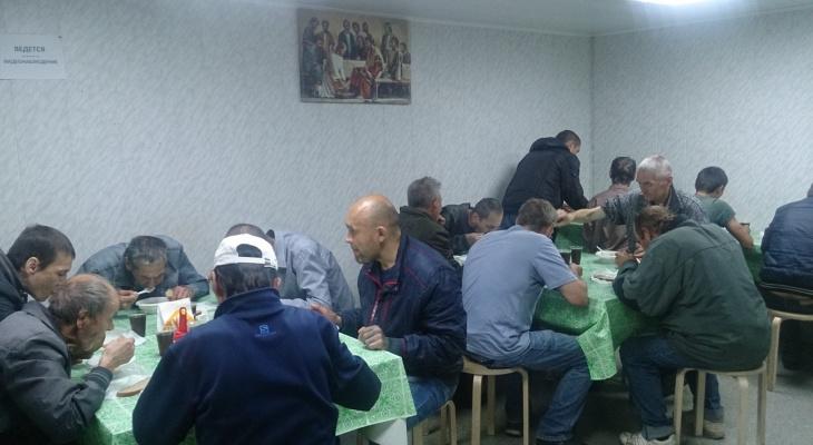 Чебоксарцев, оказавшихся в трудной ситуации, кормят, одевают и стригут