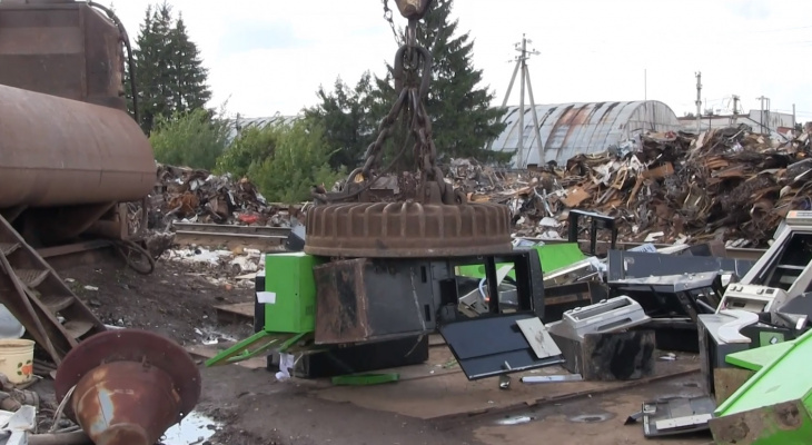 В Чебоксарах под прессом уничтожили более 60 игровых автоматов
