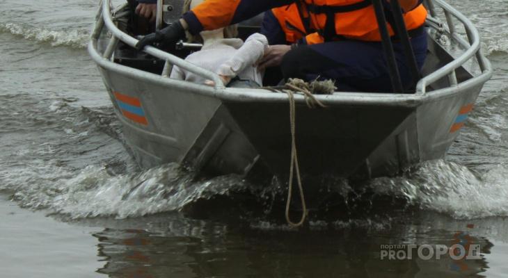 В Козловском районе отбуксировали перевернутую лодку и достали из воды рыбака
