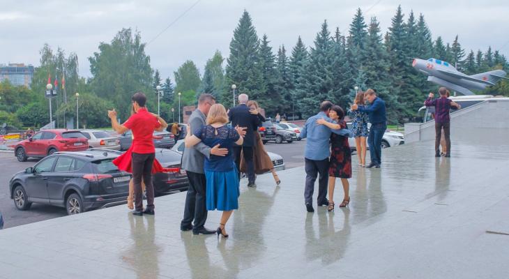Жители Чебоксар станцевали танго под открытым небом