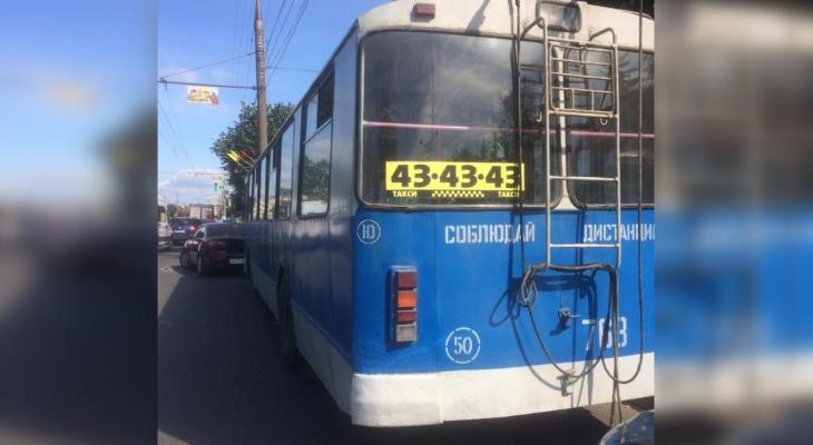 В Чебоксарах двое пассажиров троллейбуса получили травмы из-за ДТП