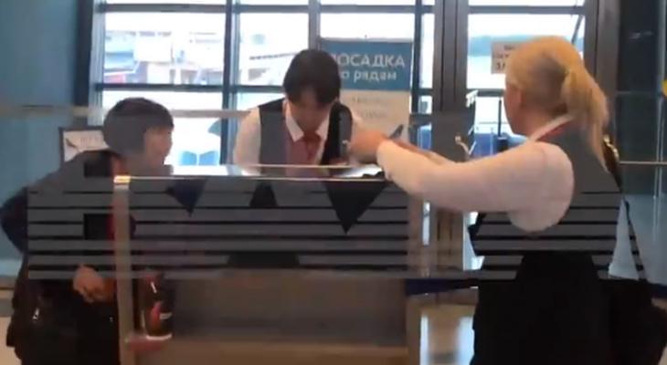 Спешащую на похороны женщину не хотели пускать на самолет до Чебоксар