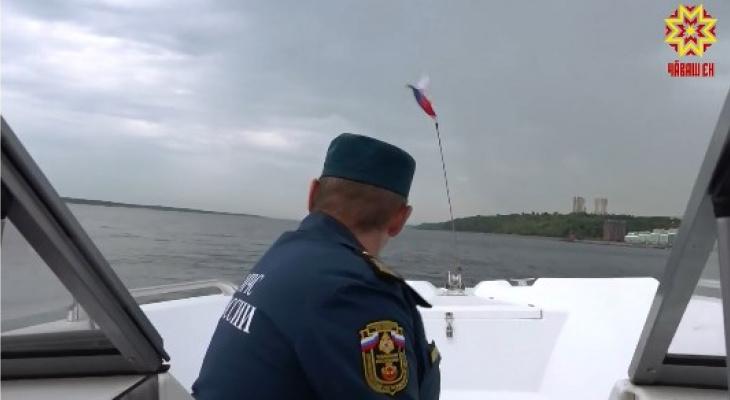 В Чебоксарах инспекторы катаются по Волге и проверяют попадающиеся на пути лодки