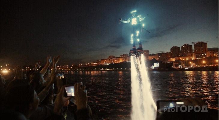 """Над Чебоксарским заливом воспарили светящиеся """"летающие"""" люди"""