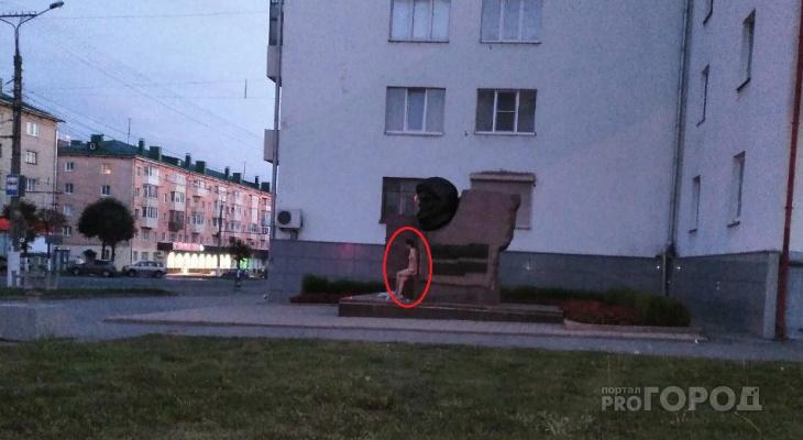 Ранним утром женщина разделась догола и села у памятника Николаеву