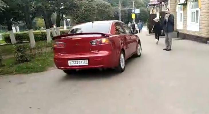 В Чебоксарах водитель Mitsubishi дважды наехал на пешехода и попытался скрыться