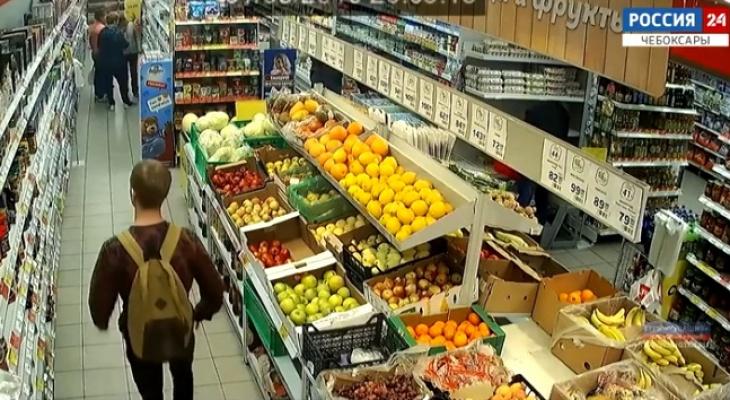 В Чебоксарах двое парней выкрали продукты из магазина на глазах полицейского