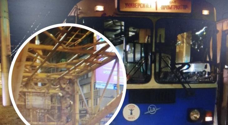 Кран КамАЗа пробил водительское окно троллейбуса
