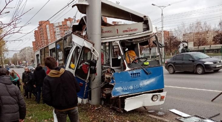 ВЧебоксарах троллейбус врезался встолб, пострадали дети