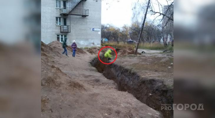 Дети в Новочебоксарске развлекаются прыжками через глубокий ров коммунальщиков