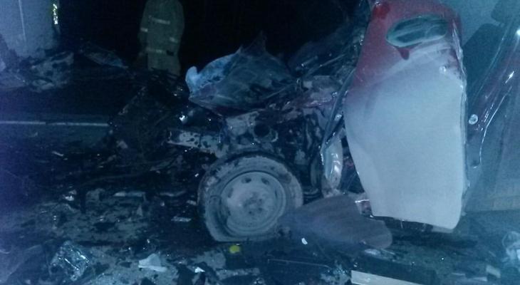 Водитель ГАЗели врезался в сломавшуюся на трассе фуру и погиб