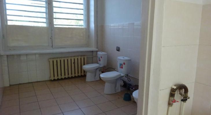 Кабинки в туалетах новочебоксарской школы появятся после нового года