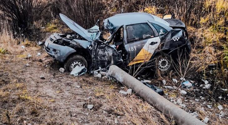 """Такси """"Яндекс"""" с пассажиром повалило столб и опрокинулось в кювет"""