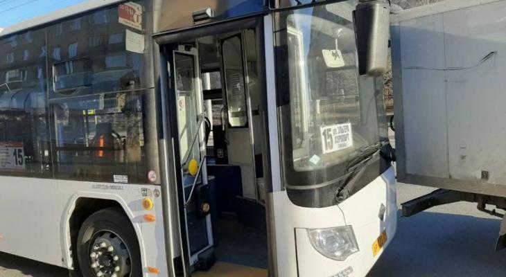 Автобус с пассажирами попал в ДТП в Чебоксарах: пострадала женщина