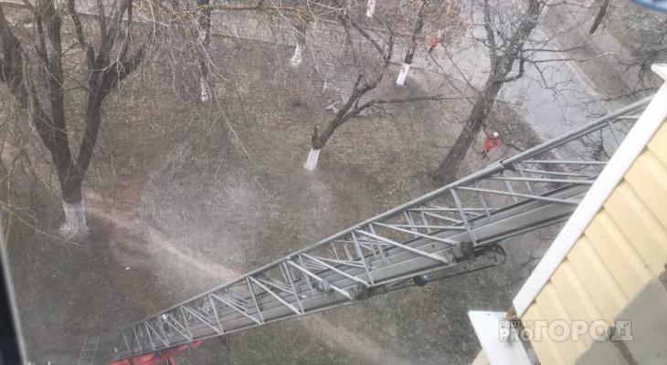 Внук случайно запер бабушку на балконе, на помощь пришли спасатели