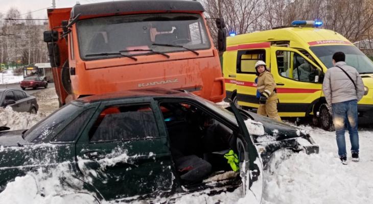 """В Новоюжном районе Lada влетела в КамАЗ: """"Пытались вытащить водителя, дверь заклинило"""""""