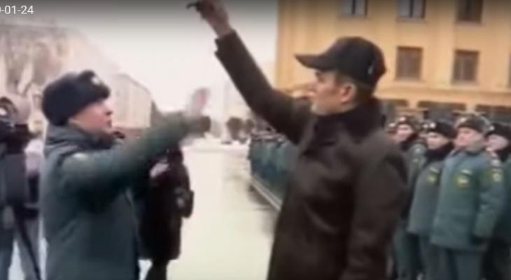 Игнатьев и подпрыгивающий за ключами пожарный прославились на всю Россию