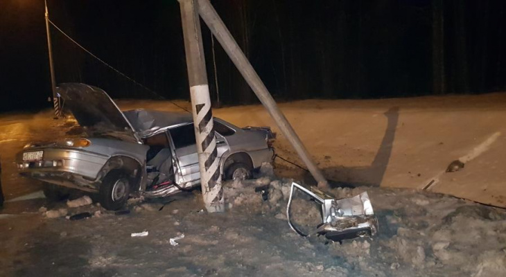"""В Чувашии водитель """"пятнадцатой"""" влетел в столб и попал в реанимацию"""