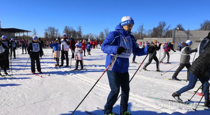 """Тысячи человек пришли на """"Лыжню России"""", несмотря на недостаток снега и отсутствие парковки"""
