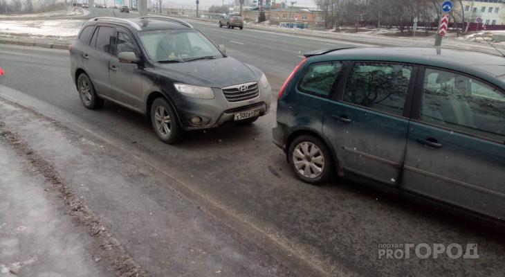 Возле рынка в Чебоксарах столкнулись Hyundai и Ford, пострадала девушка