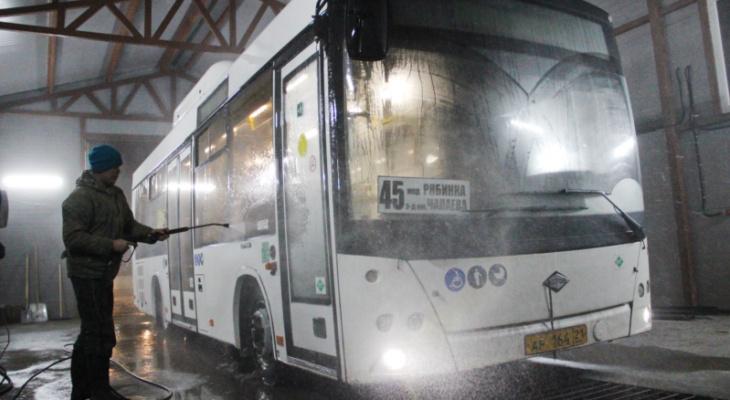 В Чебоксарах за грязные автобусы перевозчики отвечают рублем