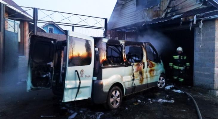 Житель Чувашии успел выкатить микроавтобус из гаража, когда тот загорелся