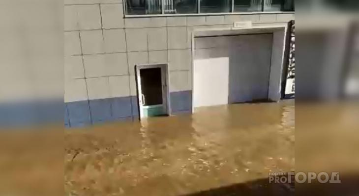 Вход в автомойку на Марспосадском затопило до середины двери