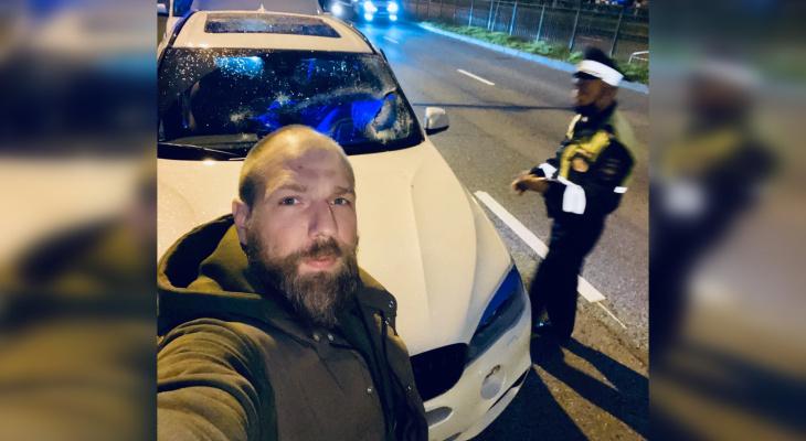 В Чебоксарах флаг Победы упал и разбил BMW