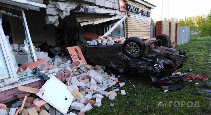 В Чебоксарах Hyundai на огромной скорости влетел в здание, водитель мертв