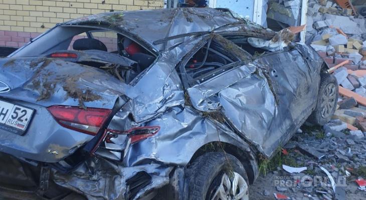 Появилось видео момента ДТП в Чебоксарах, где Hyundai влетел в здание