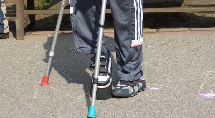 Инвалида на костылях грабили сразу двое мужчин в Новоюжном районе