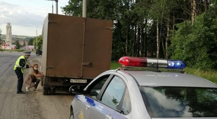 Инспекторы ДПС помогли автоледи на грузовике, которая забыла заправиться