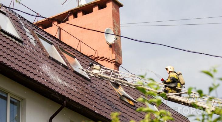 В Чебоксарах загорелся многоквартирный дом, жильцы спасали компьютеры и вещи