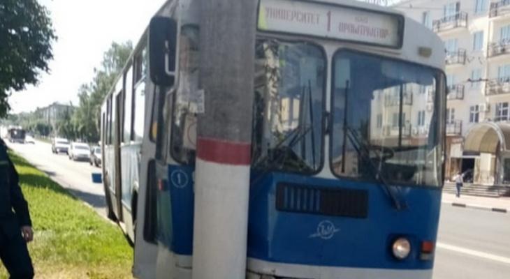 Троллейбус врезался в столб: видео и предварительная причина ДТП