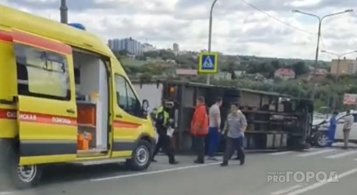 В Чебоксарах опрокинулся грузовик, в него въехала иномарка