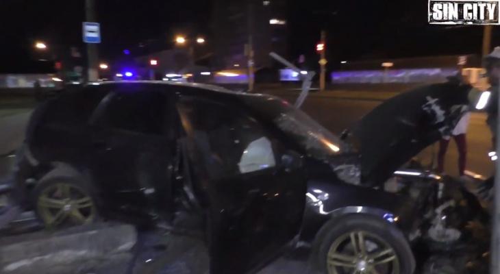 Появилось видео ночной аварии с 4 пострадавшими в Чебоксарах, когда иномарка снесла остановку
