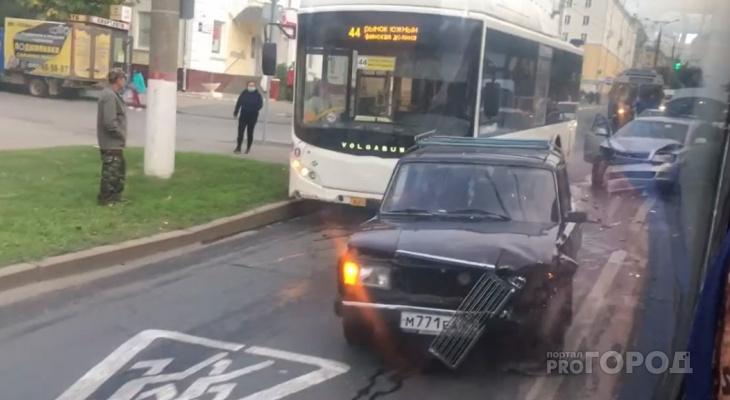 В Чебоксарах в час пик столкнулись 44-й автобус и две легковушки