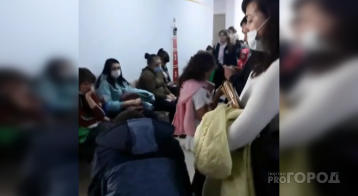 В детском медцентре к педиатру ежедневно выстраиваются нескончаемые очереди