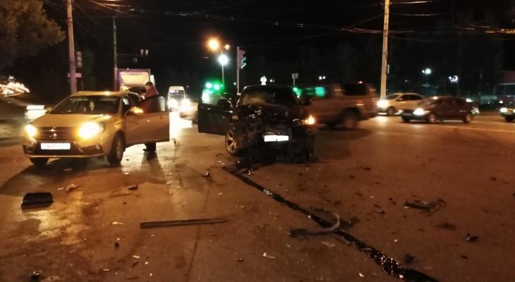 В Чебоксарах столкнулись два автомобиля, есть пострадавший