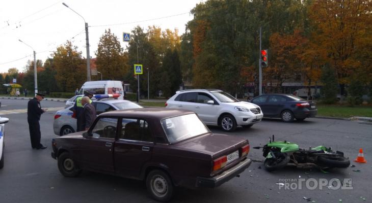 """В Новочебоксарске мотоциклистку увезли на реанимации после столкновения с """"семеркой"""""""