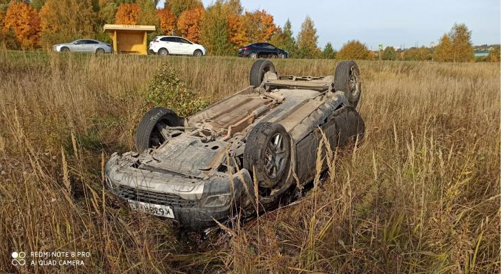 """В Чебоксарском районе """"Рено"""" вылетел в кювет: очевидцы говорят, что его подрезал неизвестный"""