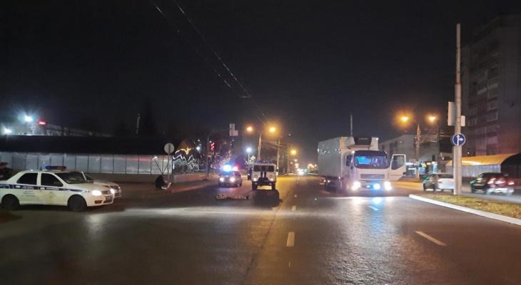 Мужчина гулял по проезжей части и погиб под колесами грузовика
