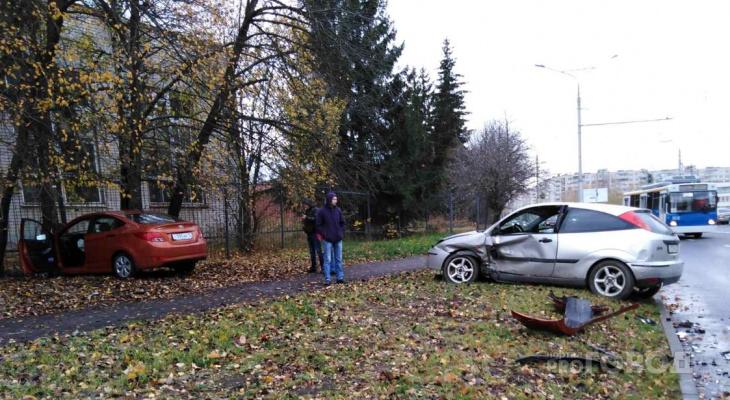 В Чебоксарах Hyundai и Ford вылетели с дороги на тротуар