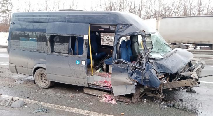 Автобус въехал в трактор на трассе М7, пострадали пять человек