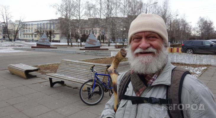 """Новочебоксарский """"волшебник с посохом"""" дарит рыбу и угощает людей пирогами"""