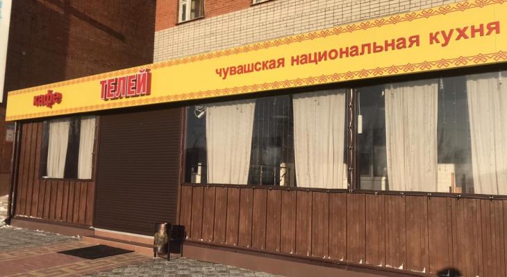 Прямо во время шумного банкета в кафе ворвались чиновники с проверкой