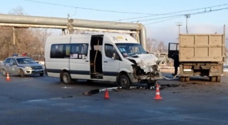 Три пассажира и водитель микроавтобуса получили травмы в Новочебоксарске