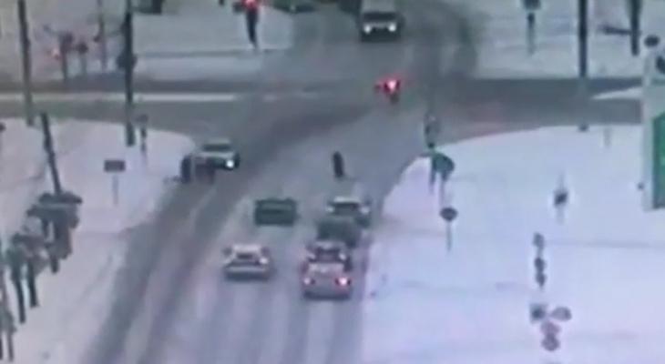 В Чебоксарах 21-летний водитель задавил пешехода, появилось видео ДТП